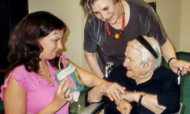 1999年四名來自美國堪薩斯州的高中生,親自到波蘭華沙探訪艾琳娜。(圖片摘自網路)