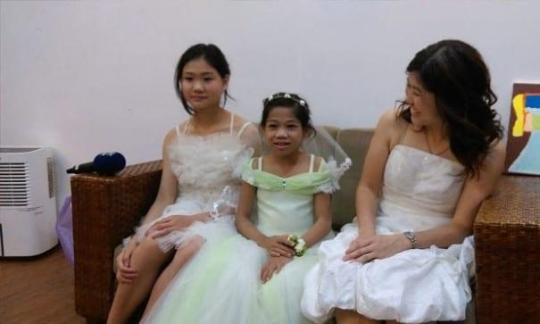 霈涵(中)與妹妹、媽媽在新娘等候室內。(圖片摘自網路)