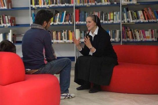借閱者與修女對談。(圖片摘自網路)