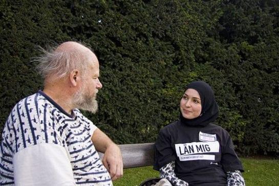 民眾與穆斯林聊天。(圖片摘自網路)