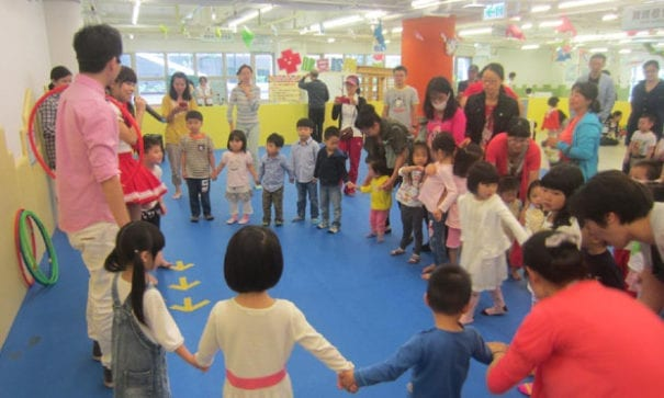 檸檬和小泡芙跟孩子們玩得不亦樂乎。(圖片來源:靖娟兒童安全文教基金會)
