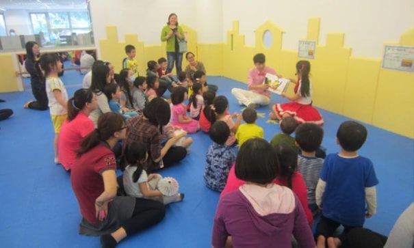 檸檬和小泡芙跟孩子度過歡樂故事時光。(圖片來源:靖娟兒童安全文教基金會)