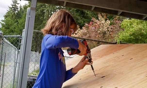 海莉熟練地使用電鑽。(圖片摘自網路)