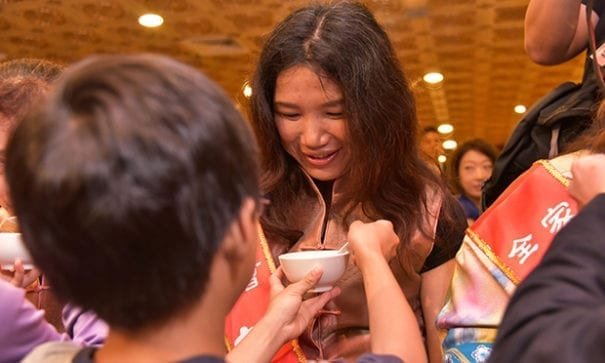 現場兒女為自強母親奉食以表感恩之情。(圖片來源:家扶基金會)