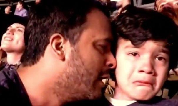 爸爸湊近兒子的耳邊,對他唱出感動的歌詞。(圖片摘自Youtube)