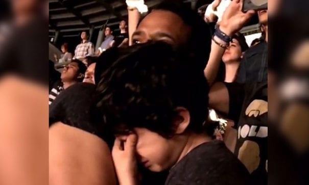 兒子不抗拒讓爸爸抱著他。(圖片摘自Youtube)