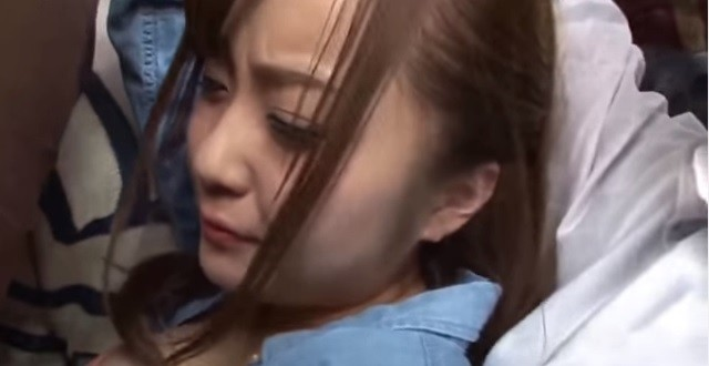 日本AV女優常被迫演出一些集體性愛鏡頭,礙於合約及文化,只得強迫自己演出。(翻攝自YouTube)