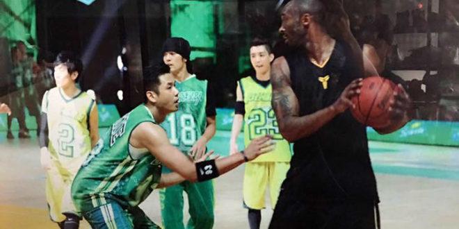 黑人讚Kobe(右)昨天最終場飆出60分根本是「傳奇中的傳奇」。(圖片來源:黑人臉書)