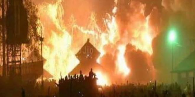 印度教普亭格爾寺廟,在週日凌晨發生大火,整座寺廟被熊熊大火燃燒,造成逾百人死亡。(翻攝自YouTube)