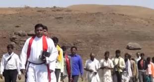 在印度基督教並不普遍,牧師們深入各偏僻小村莊,為人民傳福音。(翻攝自YouTube)