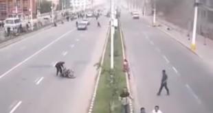 阿富汗與巴基斯坦接壤地區今日凌晨發生強烈地震,連鄰近的印度都感到其強度,從印度的道路攝影機我們看到,地震發生時,有位機車騎士被震倒,而其他車輛則停止駕駛,民眾們也紛紛走至戶外避難。(翻攝自YouTube)