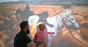 一位病童伽蘿第一次在阿根廷大草原上看到馬從他身邊呼嘯而過,感到興奮。(圖片來源:today.com)