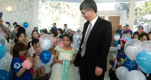 今天女主角霈涵,牽著醫生叔叔邱醫生的手,步入禮堂一圓當新娘的夢想。(圖片摘自網路)