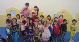 檸檬跟小泡芙和孩子們開心合照。(圖片來源:靖娟兒童安全文教基金會)
