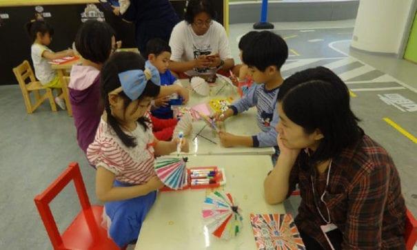 親子開心體驗復古紙傘彩繪。(圖片來源:靖娟兒童安全文教基金會)