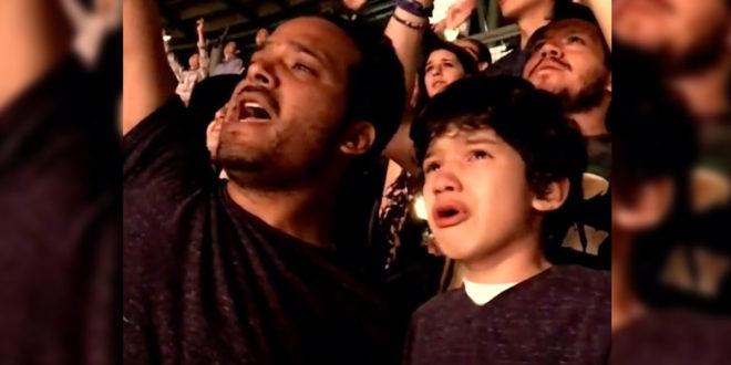 日前酷玩槳團到墨西哥巡迴,演唱會現場一對父子互動感動無數網友。(照片摘自Youtube)