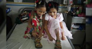 經歷尼泊爾大地震一年,帕里拉及塔曼的友誼更堅固了。(圖片來源:NBC NEWS)