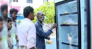 在印度一家餐廳將冰箱搬到門口,提供街友免費取食。(圖片摘自youtube)