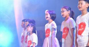 寶妹(右三)開口領唱,小小年紀但台風穩健。(圖片來源:網路)