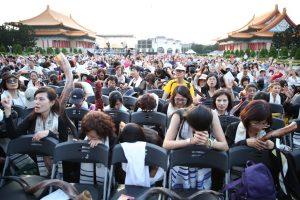 北區全場跪下為520將要就任的新政府禱告。