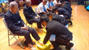 屏東多位青年領袖為教會的牧者長輩洗腳,十分感動。