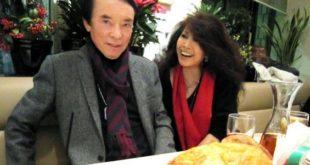 歐陽菲菲與老公式場壯吉鶼鰈情深,她於臉書PO倆夫妻在日本,一起歡慶聖誕節的放閃照。(圖片來源/翻攝自歐陽菲菲臉書)