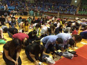 高雄於鳳山體育館舉辦,全場跪下禱告。
