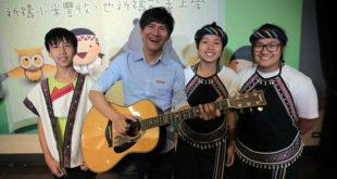 王宏恩特地現身,與3位當年一起錄音的孩子再聚首並攜手演唱歌曲。(圖片來源:台灣世界展望會提供)