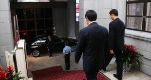 前總統馬英九19日在臉書上PO出一張照片,是他步出總統府的身影。  圖片來源:馬英九臉書