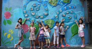 為期八週的課程,孩子們用廢棄物打造充滿在地金山特色的公共藝術牆面。〈圖片來源:世界展望會〉