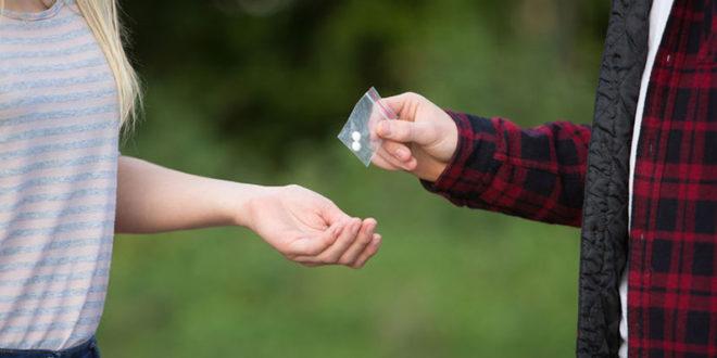 校園毒品問題嚴重,立委黃國昌26日質詢時表示,根據國家衛生研究院最新的資料,平均首次用藥年齡12.5歲。  圖片來源:123RF