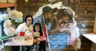 萱萱的媽媽靠著賣水餃開烘焙坊努力賺錢,想給萱萱最好的醫療資源和照顧。(圖片來源/宣萱媽媽幸福手工坊臉書)