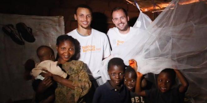 熱心公益的柯瑞,前往非洲探望受瘧疾之苦的非洲兒童。(圖片來源/翻攝自YouTube)