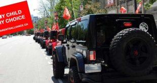 在加拿大「安省家長聯盟」號召下,綿長的車隊插上紅旗,沿路抗議,要求省府修改被認為有問題的性教育課程部分。(圖片來源/翻攝自網路)