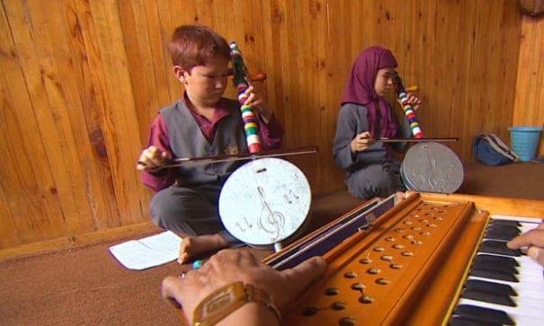 孤兒院孩童正在學習阿富汗傳統樂器。(圖片摘自網路)