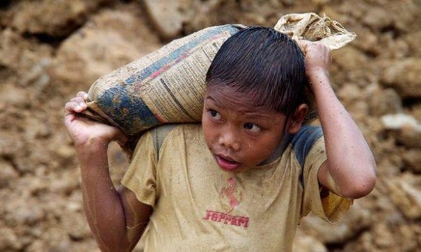 貧困的菲律賓家庭,父母會主動將孩童送至礦坑工作。(圖片來源:人權觀察)
