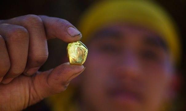 在礦坑工作不具名的當地人表示,90%的黃金都被走私運出國。(圖片來源:人權觀察)