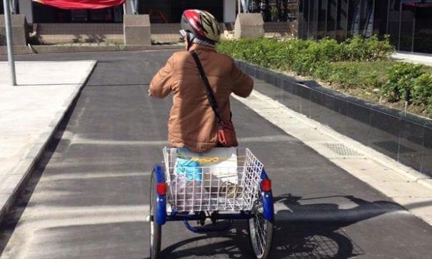 張奶奶體力好,喜歡在社區趴趴造。(圖片來源:台灣失智症協會)