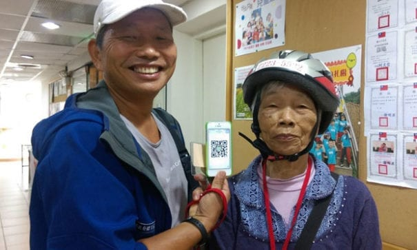 張先生邀請所居住的社區加入友善社區LINE群組,共同守護張奶奶。(圖片來源:台灣失智症協會)