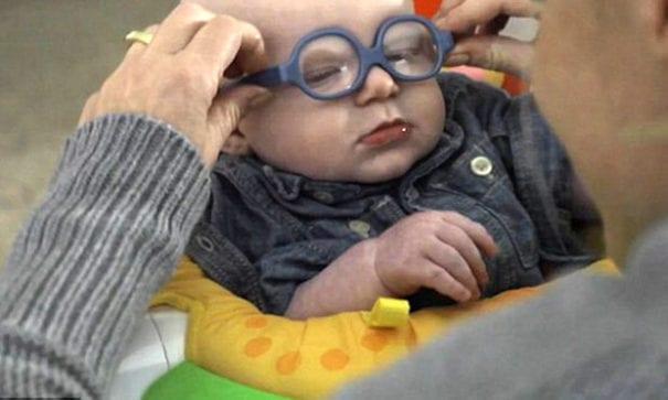 媽媽艾琳為里奧戴上矯正眼鏡。(圖片來源:每日郵報)
