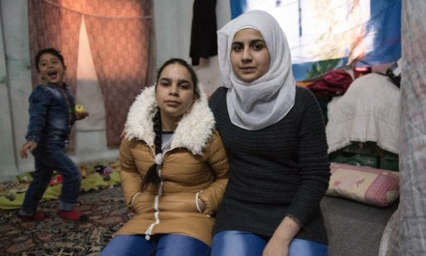 撒黑達(右一)與弟弟妹妹逃離敍利亞,目前待在約旦。(圖片摘自globalcitizen.org)