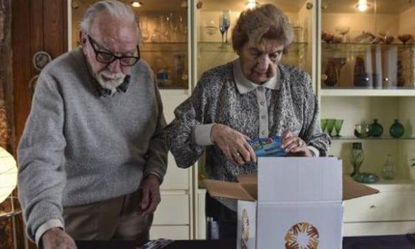 海爾格與先生里奧捐助護理包給難民。(heoptimist.com.au)