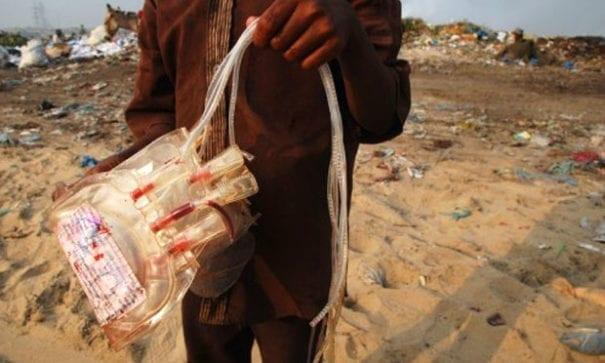 喀拉蚩垃圾場有不肖業者回收醫療廢棄物,再輾轉販售給當地醫院及民眾。(圖片來源:castlegarsource)