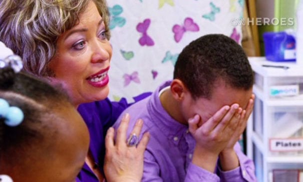 安妮特幫助失親兒童有管道釋放悲傷情緒。(圖片來源:CNN)