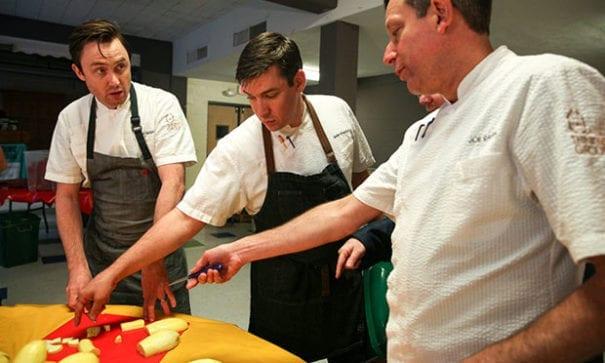 喬許(右)正在和其他廚師討論處理南瓜的方式。(圖片來源:NPR)