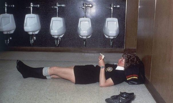 大學足球隊一名女球評,大刺刺地躺在男子更衣室中。(圖片來源:usnews)