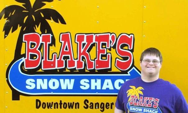 20歲的布萊克創業賣冰品。(圖片來源:布萊克雪地小屋臉書)