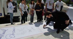 羅馬尼亞反同婚運動人士,蒐集到300萬人連署請願,請政府提出修正法案,將婚姻明確定義為男性與女性的結合。(  圖片來源/翻攝自網路)