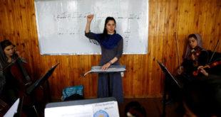 熱愛音樂的蕾根,成為第一位阿富汗最年輕的女指揮。(圖片摘自網路)