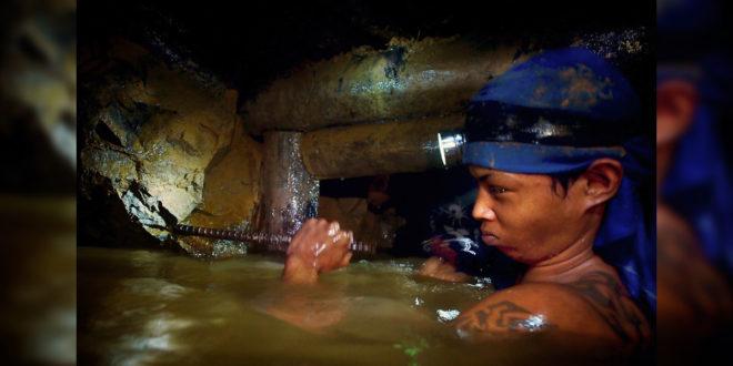 菲律賓仍有18,000名兒童進入礦坑工作,每天工作12小時以上,泡在寒冷的泥沙中淘出黃金。(圖片來源:bowshrine.com)